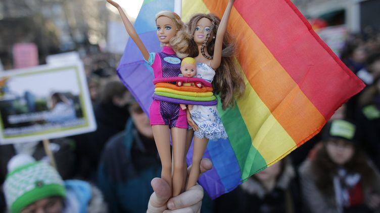 """Les manifestants ont également bricolé des mascottes """"maisons"""". (CHRISTIAN HARTMANN / REUTERS)"""