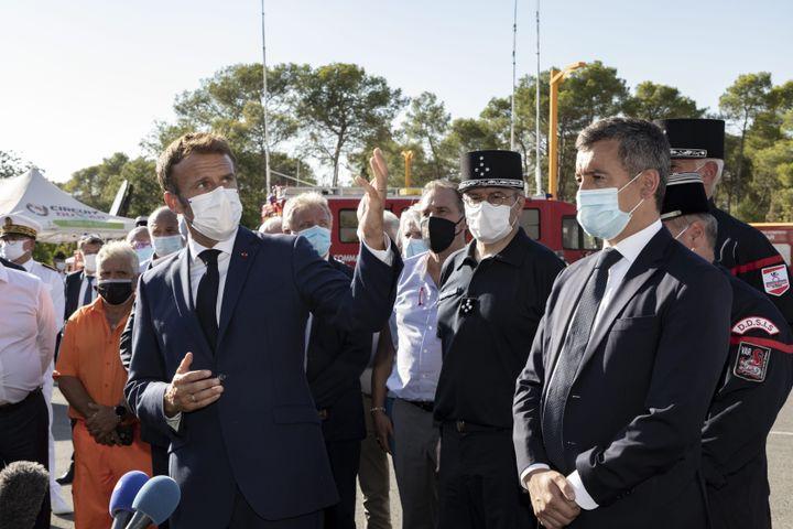 Le président, Emmanuel Macron, et le ministre de l'Intérieur, Gérald Darmanin, au Luc (Var),mardi 17 août, où a été installé le postede commandement des opérations de lutte contre l'incendie. (TOMASELLI ANTOINE / MAXPPP)