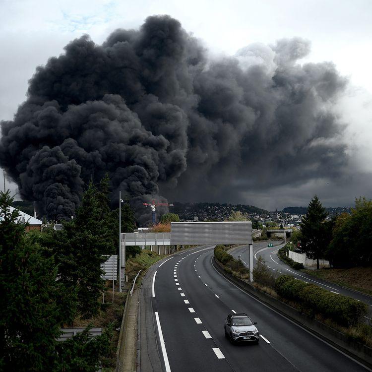 Un nuage de fumée s'échappe de l'usine de Lubrizol, le 26 septembre 2019 à Rouen (Seine-Maritime). (PHILIPPE LOPEZ / AFP)