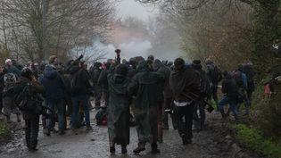 Des opposants lors de heurts avec les forces de l'ordre dans la zad de Notre-Dame-des-Landes (Loire-Atlantique), lundi 9 avril 2018. (ESTELLE RUIZ / CROWDSPARK / AFP)