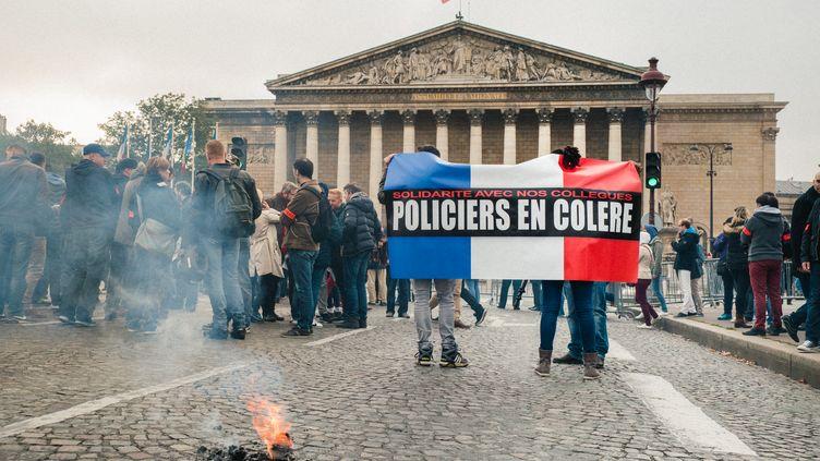 Des policiers manifestent devant l'Assemblée nationale, le 26 octobre 2016, à Paris, après l'agression de quatre d'entre eux à Viry-Châtillon (Essonne). (SIMON GUILLEMIN / HANS LUCAS / AFP)