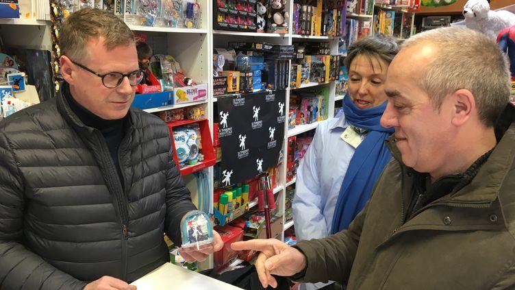 Jean-Marc Monteuuis, gérant de la boutique Autre chose, en compagnie de Claude et Lucette, deux clients, au Touquet (Pas-de-Calais), le 5 avril 2018. (RAPHAEL GODET / FRANCEINFO)