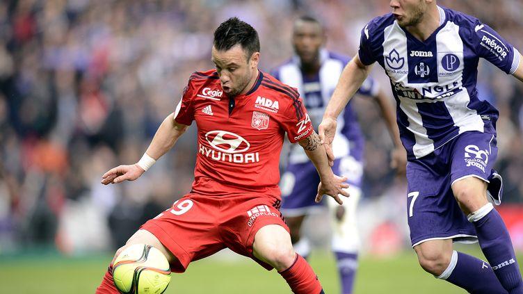 Mathieu Valbuena (Lyon) protège son ballon face à Toulouse (REMY GABALDA / AFP)