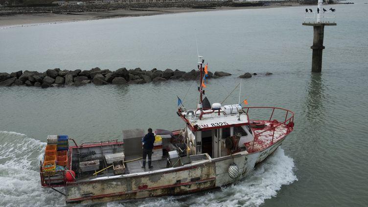 Un bateau de pêche quitte les côtes normandes en octobre 2018 (JOEL SAGET / AFP)