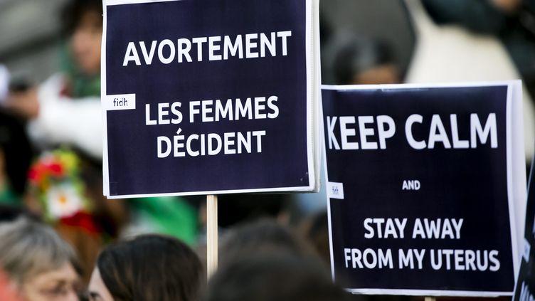 Une pancarte défendans le droit des femmes à l'avortement, à Paris, en 2018. Photo d'illustration. (VINCENT ISORE / MAXPPP)