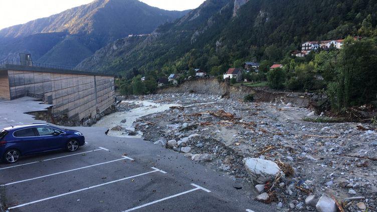 À Saint-Martin-Vésubie (Alpes-Maritimes), plus d'une trentaine de maisons sont au bord du précipice creusé par la tempête Alex, 38 ont été emportées par les flots. (FARIDA NOUAR / RADIOFRANCE)