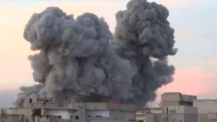 Capture d'écran d'une vidéo de bombardements aériens qui aurait été filmée à Taftanaz, dans la province d'Idlib (Syrie), le 15 novembre 2012. (FRANCETV INFO / EVN)