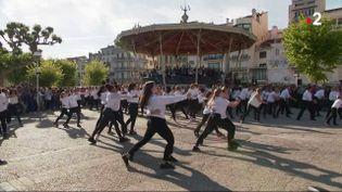 Des personnes dansent la carioca à Cannes (Alpes-Maritimes) le 16 mai 2019. (FRANCE 2)