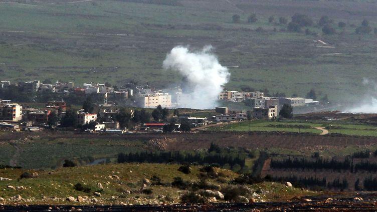 De la fumée s'élève au-dessus de la ville libanaise d'Al-Majidiyah, le 28 janvier 2015, à la frontière avec Israël, après des bombardements israéliens. (ALI DIA / AFP)