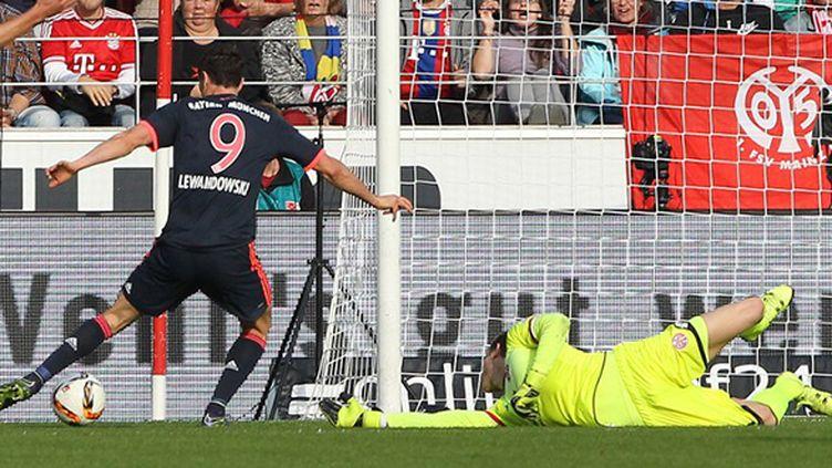 L'attaquant du Bayern Munich, Robert Lewandowski, se joue du gardien adverse