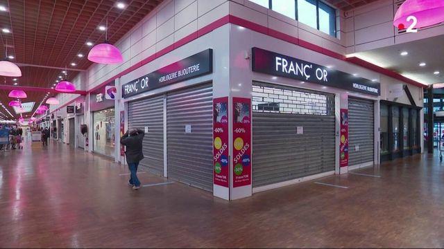 Consommation : rideaux baissés, les centres commerciaux tentent d'écouler leurs stocks