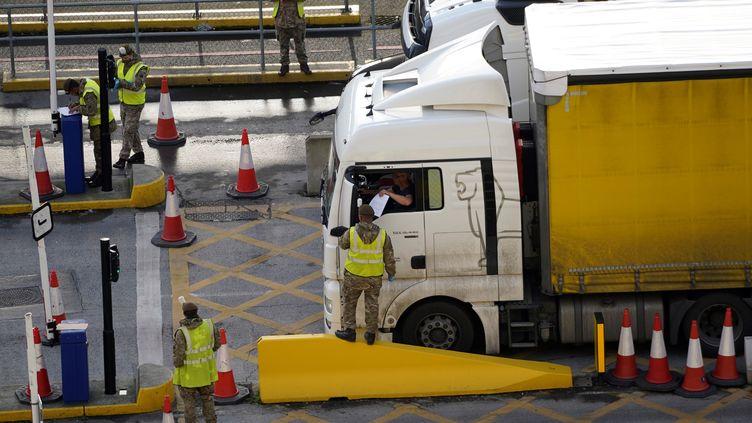 Un chauffeur routier entre dans le port de Douvres, au Royaume-Uni, le 25 décembre 2020. (NIKLAS HALLE'N / AFP)