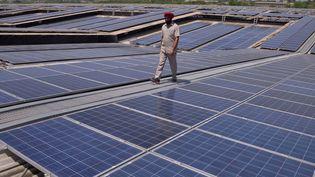 L'Inde a multiplié ses capacités photovoltaïques par deux en seulement un an, ce qui place le pays au 7e rang mondial. Image d'illustration montrant un parc solaireà une cinquantaine de kilomètres d'Amristar, en mai 2016. (NARINDER NANU / AFP)