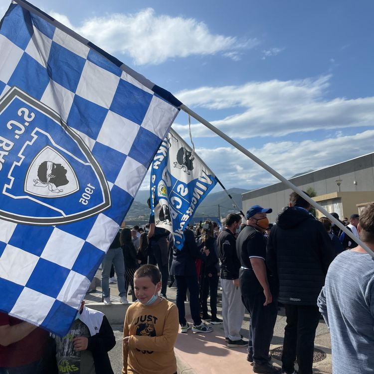 Des supporters du Sporting Club de Bastia réunis devant le stade de Furiani, venus saluer leurs joueurs suite à la promotion en Ligue 2, le 30 avril 2021. (Clément Pons)