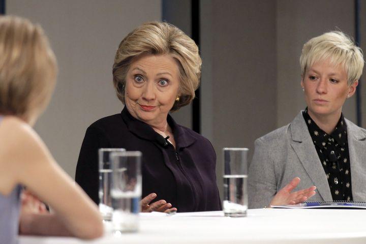 La candidate démocrate Hillary Clinton aux côtés de la footballeuse américaine Megan Rapinoe, le 12 avril 2016, à New York (Etats-Unis). (BRENDAN MCDERMID / REUTERS)