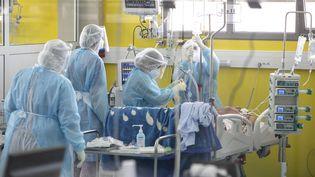 Des médecins au chevet de patients infectés par le nouveau type de coronavirus, à l'hôpital de campagne de Menzah à Tunis, le 5 février 2021. (YASSINE GAIDI / ANADOLU AGENCY)
