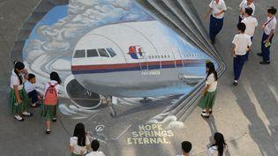 A Manille, une fresque en hommage aux 239 passagers du Boeing de la Malaysia Airlines, disparu depuis le 8 mars 2014. (TED ALJIBE / AFP)