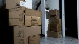 Des cartons empilés lors d'un déménagement, à Ploemeur (Morbihan), le 12 décembre 2020. (MAUD DUPUY / HANS LUCAS / AFP)