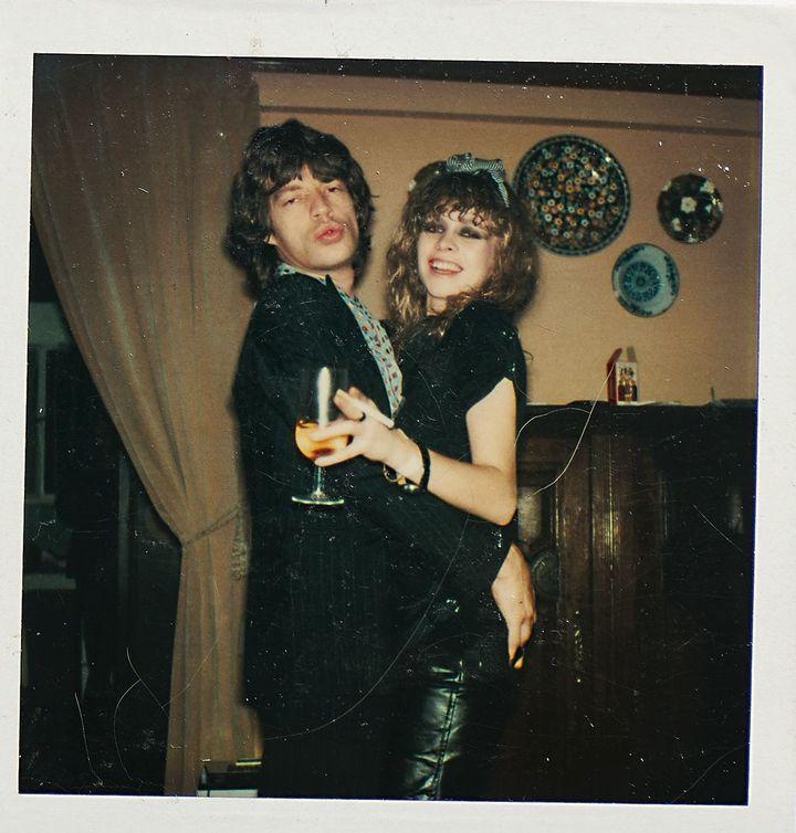 Jo Wood etMick Jagger en 1978 lors de la fête d'anniversaire punk de Jo,qui souffle ses 23 bougies. (JOSEPHINE WOOD 2019)
