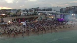 À Cannes, dans les Alpes-Maritimes, ont lieu ce week-end les plages électroniques, un festival qui accueille près de 40 000 amateurs de musique. (FRANCE 3)