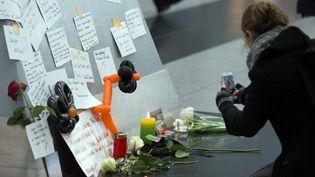 Des bougies, des fleurs et des cartes pour les victimes du vol Germanwings de l'A320, dans le hall de l'aéroport de Düsseldorf (Allemagne), le 25 mars 2015. (FEDERICO GAMBARINI / DPA / AFP)