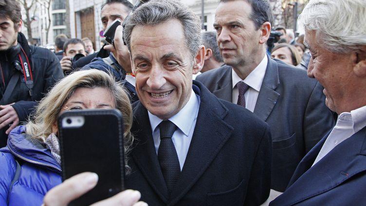 Nicolas Sarkozy pose avec des supporters avant de vorer pour l'élection du président de l'UMP, à Paris, le 29 novembre 2014. (MATTHIEU ALEXANDRE / AFP)