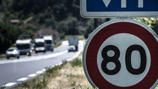 Panneau de limitation à 80 km/hau bord d'une route française. (JEAN-PHILIPPE KSIAZEK / AFP)