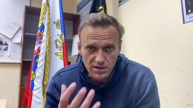 Capture d'écran d'une vidéo YouTube, dans laquelle l'opposant russe Alexeï Navalny s'exprimedepuisun poste de police de Khimki, près de Moscou, le 18 janvier 2021. (HANDOUT / NAVALNY TEAM YOUTUBE PAGE / AFP)