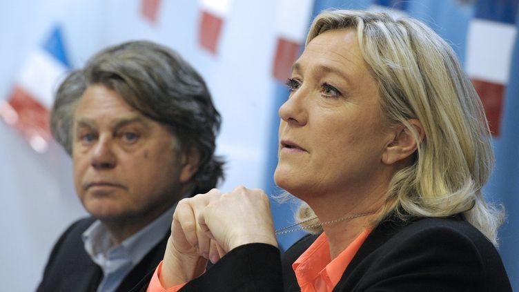 La présidente du Front national, Marine Le Pen, et le député apparenté FN, Gilbert Collard, le 17 mars 2014 àSaint-Gilles-du-Gard (Gard). (PASCAL GUYOT / AFP)