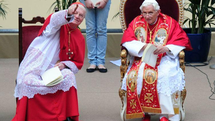 Au stade San Siro de Milan (Italie), le 2 juin 2012,le cardinal Angelo Scola,archevêque de Milan (à gauche), en compagnie du papeBenoît XVI. (OLIVIER MORIN / AFP)