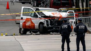La police examine la voiture utilisée lors de l'attentat à New York, mercredi 1er novembre 2017. (BRENDAN MCDERMID / REUTERS)
