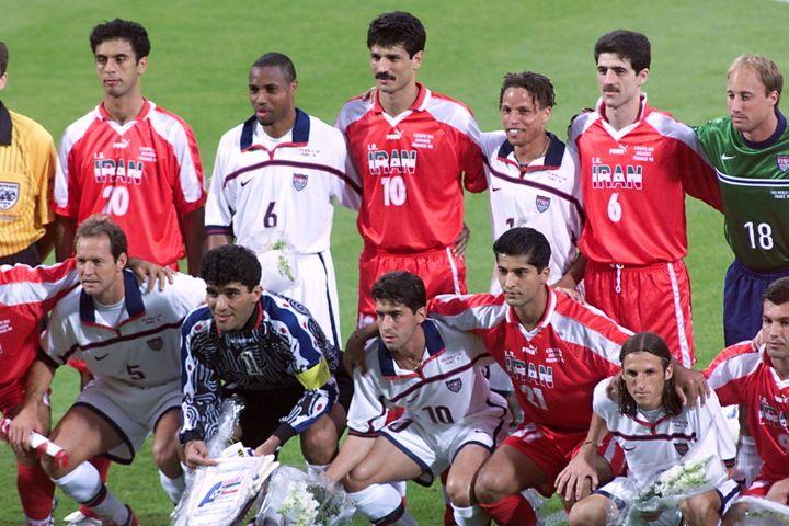 Les joueurs américains et iraniens ont fraternisé avant leur match de Coupe du monde, le 21 juin 1998 à Lyon (France). (PASCAL GEORGE / AFP)