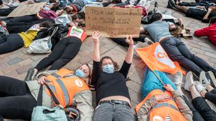 Les sages-femmes mobilisées pour dénoncer leurs conditions de travail, le 5 mai 2021, lors de la Journée internationale de la sage-femme, à Toulouse (Haute-Garonne). (FREDERIC SCHEIBER / HANS LUCAS / AFP)