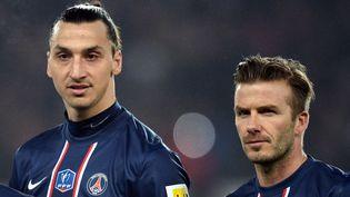 Zlatan Ibrahimovic etDavid Beckham, le 27 février 2013, au Parc des princes, à Paris, lors d'un match du Paris Saint-Germain. (FRANCK FIFE / AFP)