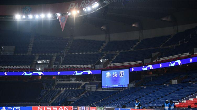 La pelouse du Parc des Princes vide, après l'arrêt de la rencontre entre le PSG et IstanbulBasaksehir, le 8 décembre 2020. (FRANCK FIFE / AFP)