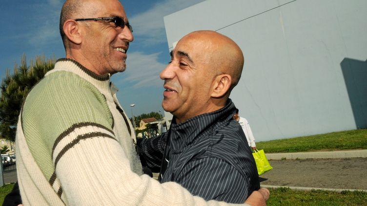 AbderrahimEl-Jabri (à droite), accueilli à sa sortie de prison le 16 avril 2011 par Abdelkader Azzimani, libéré deux ans plus tôt dans la même affaire, à Montpellier (Hérault). (MAXPPP)