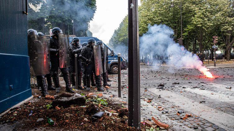 Des policiers font face aux manifestants sur l'esplanade des Invalides,lors de la manifestation des personnels soignants du 16 juin 2020 (illustration). (CHRISTOPHE MORIN / MAXPPP)