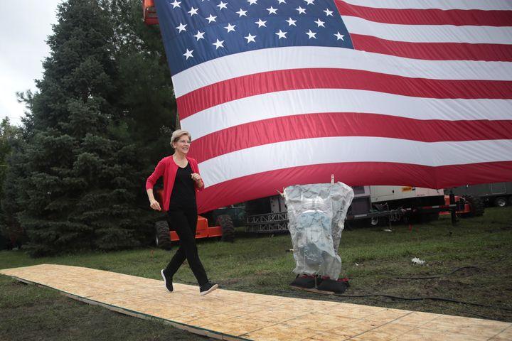 La sénatrice Elizabeth Warren arrive en courant sur scène lors d'un meeting à Des Moines (Iowa), le 21 septembre 2019. (SCOTT OLSON / GETTY IMAGES NORTH AMERICA / AFP)