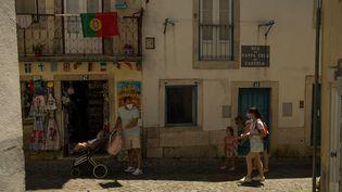 Une famille dans les rues de Lisbonne (Portugal), le 25 juin 2021. (DAVIDE BONALDO / CONTROLUCE / AFP)