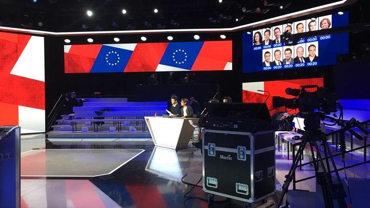 Les journalistes Thomas Sotto et Alexandra Bensaïd, le 3 avril 2019, pendant les répétitions d'un débat sur France 2. (FRANCE TELEVISIONS)