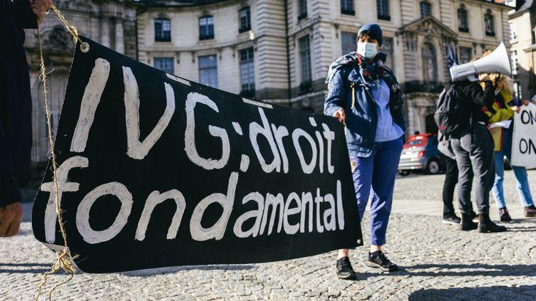 Des femmes manifestent lors de la journée du droit à l'avortement, le 26 septembre 2020 à Rennes (Ille-et-Vilaine). (VERNAULT QUENTIN / NURPHOTO / AFP)