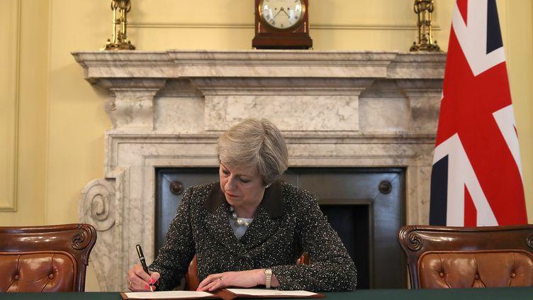 La Première ministre Theresa May a signé la lettre ouvrant les négociations sur le Brexit, mardi 28 mars 2017 à Londres. (CHRISTOPHER FURLONG / POOL / AFP)