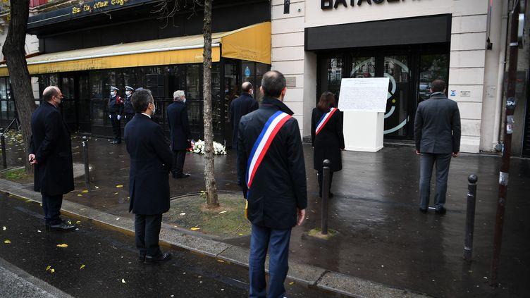 Plusieurs responsables publiques dont Jean Castex, le Premier ministre, et Anne Hidalgo, la maire de Paris, rendent hommage aux victimes de l'attaque terroriste du Bataclan, à Paris, le 13 novembre 2020. (CHRISTOPHE ARCHAMBAULT / AFP)
