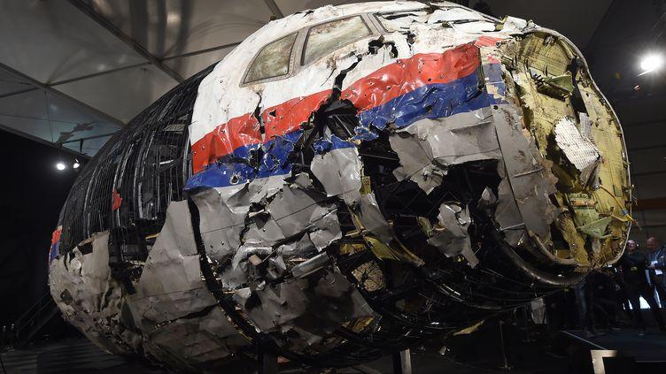 La reconstitution de la carlingue du vol MH17 est présentée à la presse par le Bureaunéerlandais pour la sécurité (OVV) lors d'une conférence de presse à Gilze Rijen (Pays-Bas), le 13 octobre 2015. (EMMANUEL DUNAND / AFP)