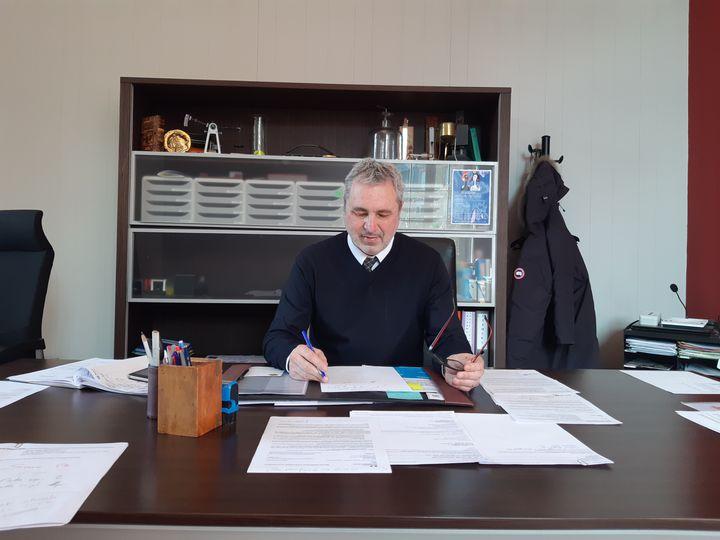 Dans le bureau de Gérald Zavattiero, proviseur du lycée Louis-Vincent, à Metz (Moselle), le 16 février 2021. (RAPHAEL GODET / FRANCEINFO)