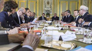 Le président Emmanuel Macron, la ministre des Armées Sylvie Goulard, le ministre des Affaires étrangères Jean-Yves Le Drian, le Premier ministre Edouard Philippe et leurs conseillers, le 18 mai 2017 à l'Elysée, lors d'un conseil de Défense. (CHRISTOPE PETIT TESSON / AFP)