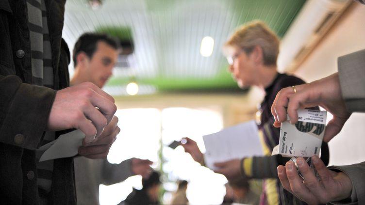 Des pharmaciens distribuent des médicaments à des étudiants à Lyon, en avril 2008. (FRED DUFOUR / AFP)
