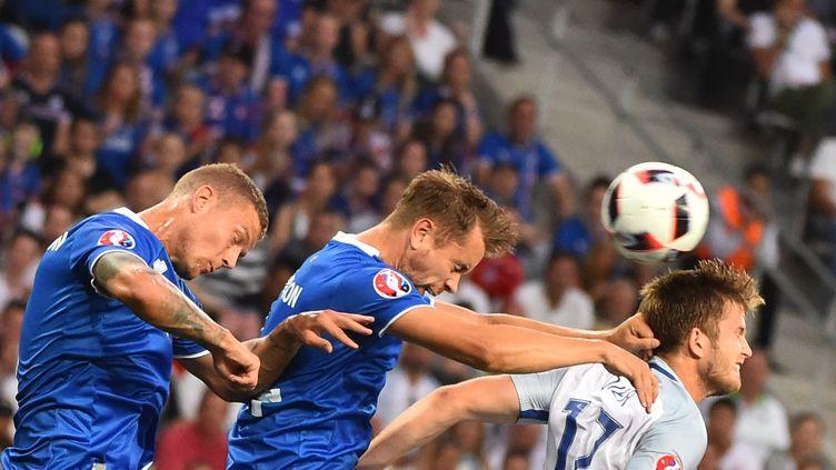 Deux joueurs islandais s'imposent devant un Anglais à Nice (Alpes-Maritimes), le 27 juin 2016. (BERTRAND LANGLOIS / AFP)