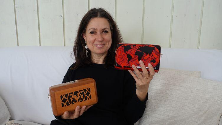 La créatrice Katherine Pradeau présente deux modèles de lacollection Maugein by Katherine Pradeau, à Paris, le 7 mai 2019 (CORINNE JEAMMET)