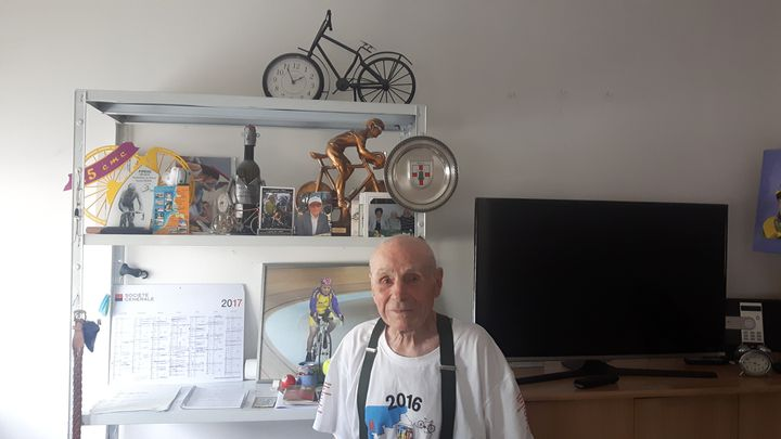 Robert Marchand devant ses trophées. (RADIO FRANCE / SEBASTIEN BAER)
